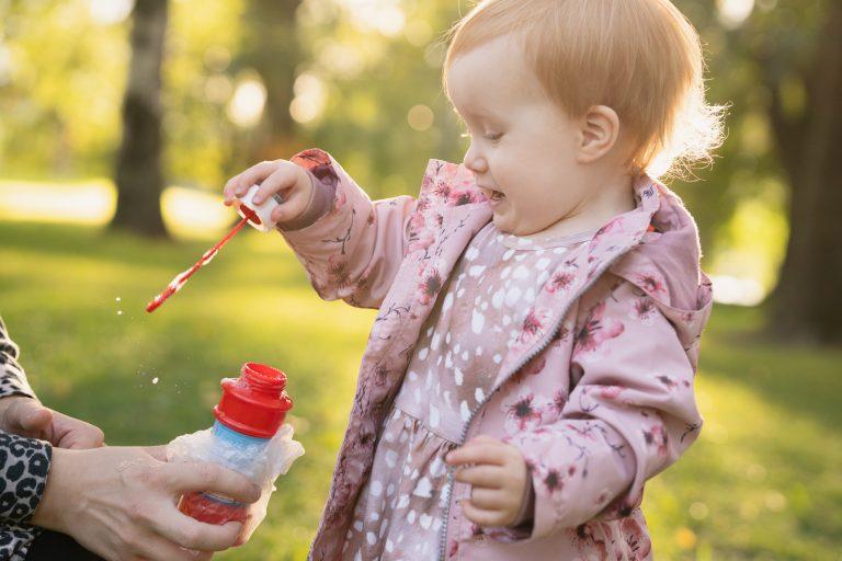 Lapsi on innoissaan saippuakuplista