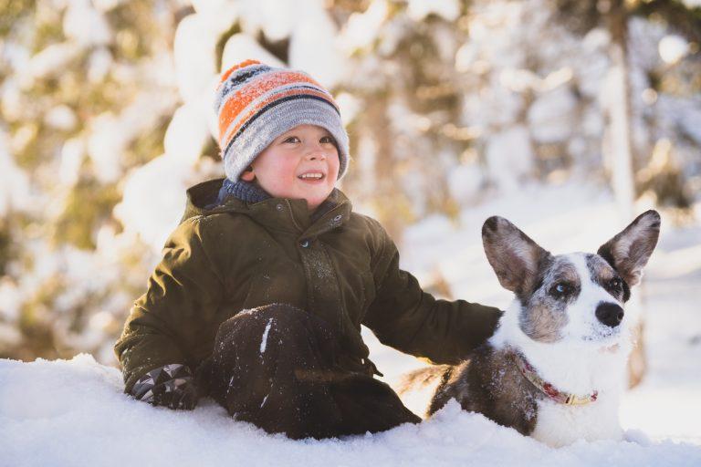 Peetu poseeraa yhdessä Hertta nimisen koiran kanssa